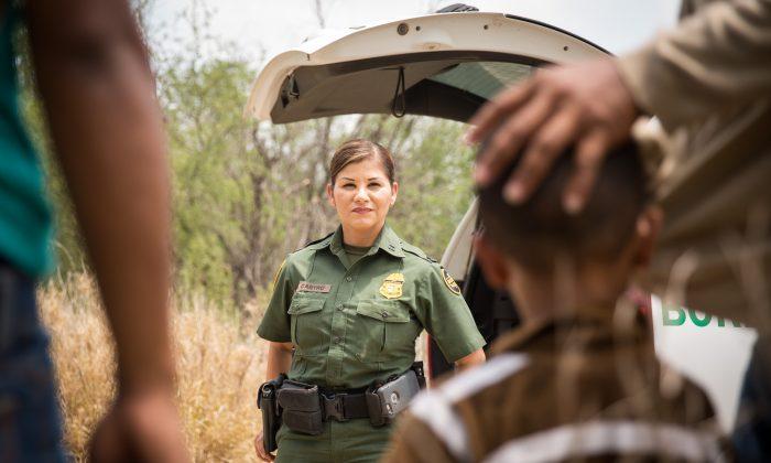 국경 수비대 감독 요원인 말린 카스트로가 멕시코에서 리오그란데 강을 건너 미국 텍사스 주 히달고 카운티 시로 막 넘어온 불법 체류자들을 조사하고 있다. 2017.5.26 | Benjamin Chasteen/The Epoch Times
