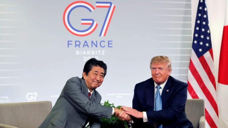 프랑스 해변 휴양도시인 비아리츠에서 열린 주요 7개국(G7) 정상회의 기간 중 양자회의에서 미국도널드 트럼프 대통령과 일본 아베 신조(安倍晋三) 총리가 악수하고 있다. 2019. 8. 25. | Carlos Barria/Reuters