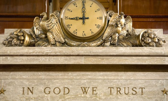 """워싱턴 하원의원 회의실 연단 위의 시계와 좌우명 """"우리는 하나님을 믿는다"""" 2008.12.8.   Brendan Hoffman/Getty Images"""