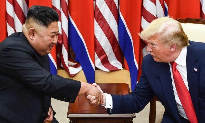김정은 북한 국무위원장과 도널드 트럼프 미국 대통령이 비무장지대(DMZ) 판문점 공동경비구역(JSA) 군사분계선(MDL) 남쪽에서 만나 악수하고 있다. 2019.6.30. | Brendan Smialowski/AFP/Getty Images