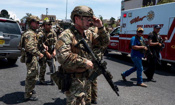 3일 텍사스주 엘패소에서 발생한 무차별 총격사건으로 경찰병력이 출동해 현장을 수습했다. 2019.8.3 | Joel Angel Juarez/AFP/Getty Images
