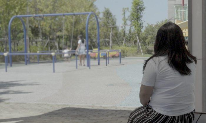 밀수혐의로 북한에 억류돼 성폭행당한 뒤 탈북한 윤수련 씨가 한국의 한 놀이터에서 딸과 조카를 지켜보고 있다. 2018.8.28.   ©Human Rights Watch).