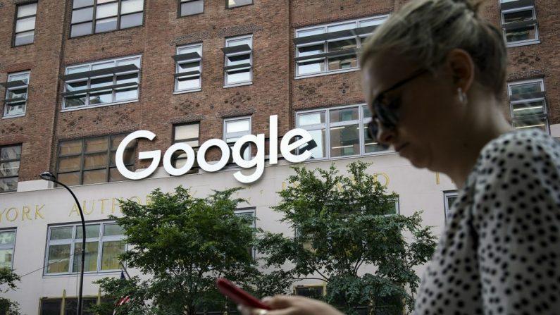 미국 뉴욕에서 한 여성이 구글 빌딩을 지나며 스마트폰을 보고 있다. 2019.6.3. | Drew Angerer/Getty Images