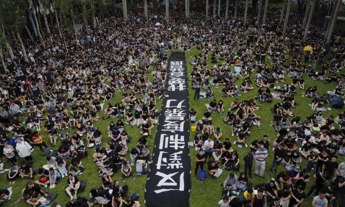 홍콩섬 서부 벨처베이 공원에서 열린 반송환법 집회에 참여하기 위해 사람들이 모이고 있다.2019.8.4. |AP Photo/Kin Cheung=연합뉴스(Yonhapnews Agency)