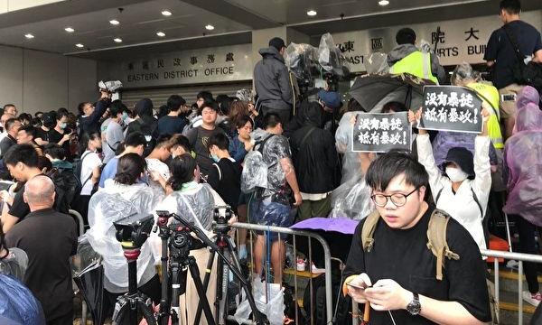수백 명의 시민들이 홍콩 동구 법원에 모여 오늘 기소된 45명의 시위자들을 성원했다. | 차이원원/에포크타임스