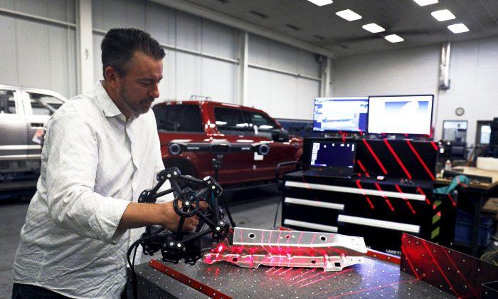 미국 미시건 디어본에 소재하는 포드 디어본 트럭 공장에서 한 노동자가 크리폼 레이저 스캐닝 측정 장치를 작동하고 있다. 2018. 9. 27. | Bill Pugliano/Getty Images