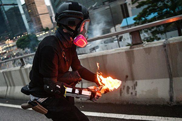 8월 31일 카메라에 포착된 허리에 권총차고 화염병 투척을 시도하는 남성   ANTHONY WALLACE/AFP/Getty Images