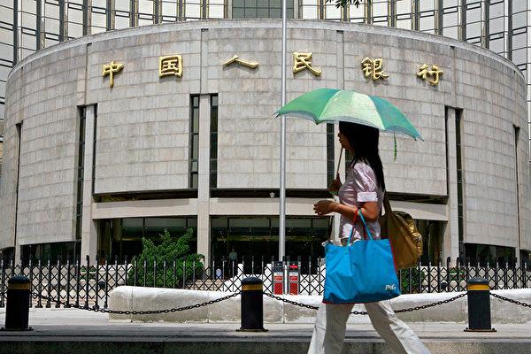 중국 중앙은행은 16일부터 금융기관의 지급준비율을 0.5%포인트 인하한다고 발표했다. 이는 올해 들어 세번째 지준율 인하다.    TEH ENG KOON/AFP/Getty Image