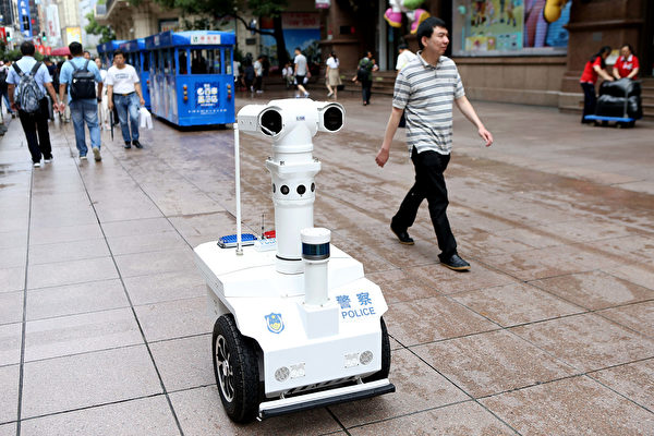 중국 공산당이 민중을 감시하는 수단이 지속적으로 향상되고 있다. 현재 상하이에는 5G 경찰용 순찰로봇이 등장해 거리에서 민중의 행동을 감시하고 있다. 사진은 상하이 최초의 5G 로봇경찰인 '월E(Wall E, 瓦力)'가 6일 난징(南京)로 산책로를 순찰하고 있다. | 중국신문망