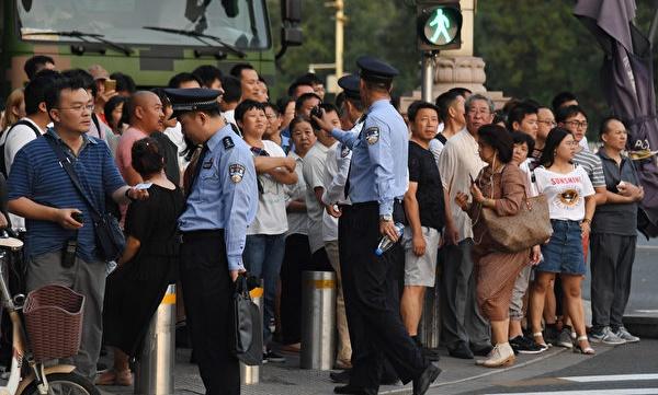 중국 공산당은 10월 1일 정권수립 70주년 경축을 앞두고 중앙에서 지방 각 부처까지 모두 신경을 곤두세우고 있다. 외신들이 공개한 몇몇 문건에 따르면 중국 공산당은 11일 '전시체제'를 가동한다. | GREG BAKER / AFP