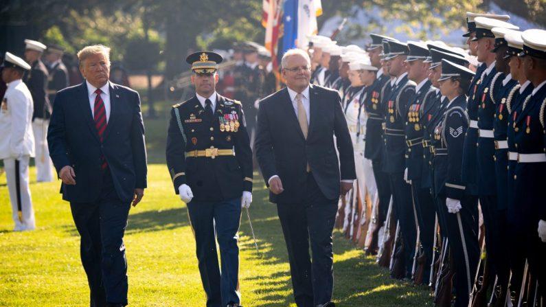 도널드 트럼프 미국 대통령(왼쪽)과 미국을 국빈 방문 중인 스콧 모리슨 호주 총리(오른쪽)가 백악관에서 부대를 시찰하고 있다. 2019.9.20.|SAUL LOEB/AFP/Getty Images=Yonhapnews(연합뉴스)