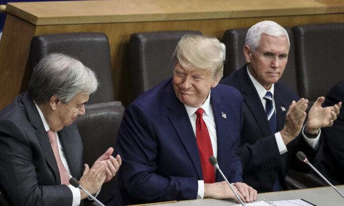 안토니오 구테흐스 유엔사무총장(왼쪽)과 마이크 펜스 미국 부통령(오른쪽)이 뉴욕 유엔본부에서 열린 종교자유 관련 간담회에서 도널드 트럼프 미국 대통령이 발언한 뒤 박수를 치고 있다. 유엔 총회 기간에 수백 명의 세계 정상들이 기후 정상회담에 참석하는 동안, 트럼프 대통령은 본인이 주재한 '종교의 자유 보호를 위한 국제적 요구' 행사에 참석했다. 2019. 9. 23.| Drew Angerer/Getty Images
