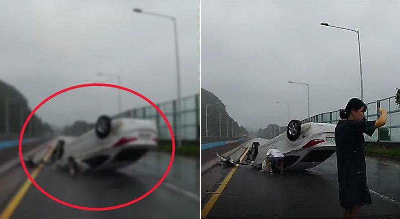 전복 차량에서 부상자 구조하는 모습 | 부산소방재난본부 제공=연합뉴스