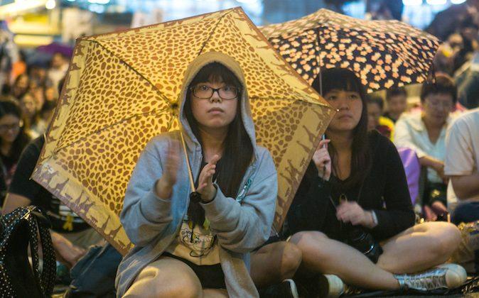 민주화 시위대가 홍콩 센트럴에서 집회에 참석하고 있다. 2014.10.28. Benjamin Chasteen/Epoch Times