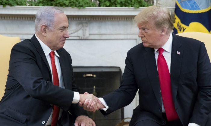 도널드 트럼프 대통령과 벤자민 네타냐후 이스라엘 총리가 백악관 집무실에서 악수하고 있다. 2019. 3. 25.   Michael Reynolds - Pool/Getty Images