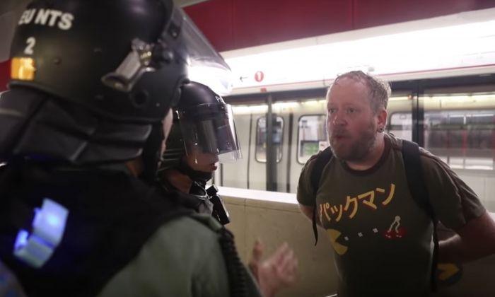 8월 31일 홍콩 지하철 라이킹 역에서 한 서양인 남성이 경찰에 체포되고 있다. | The Epoch Times