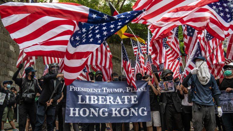 홍콩 시위대가 미국 의회의 홍콩 인권민주주의 법안 추진과 관련해 트럼프 대통령에게 도움을 요청하고 있다. 2019.9.8 | Carl Court/Getty Images