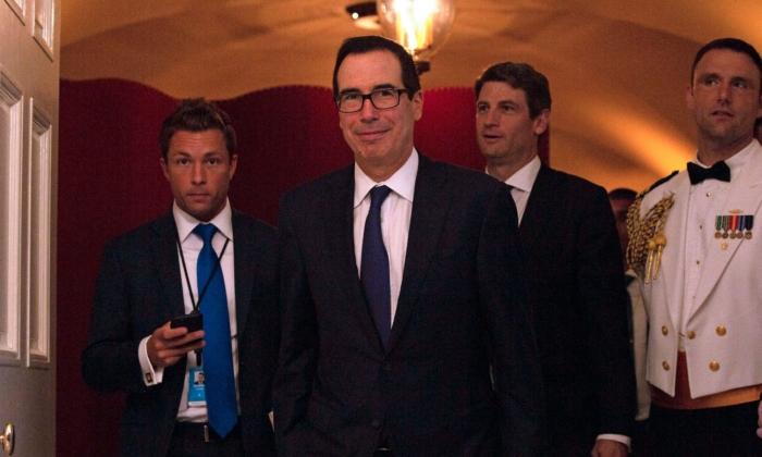 스티븐 므누신 재무장관(가운데)이 워싱턴에서 스콧 모리슨 호주 총리와 국빈 만찬에 앞서 백악관 북셀러 지역을 향해 걸어가고 있다. 2019. 9.20. | Alastair Pike/AFP/Getty Images