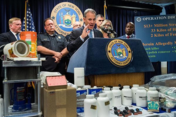 사진은 2016년 9월23일, 뉴욕 주 검사장인 에릭 슈니더만(Eric T. Schneiderman)이 뉴욕 시에서 열린 기자회견에서 기록적인 중대 마약 사건(2kg의 펜타닐 포함)을 발표하고 있다. | Drew Angerer/Getty Images