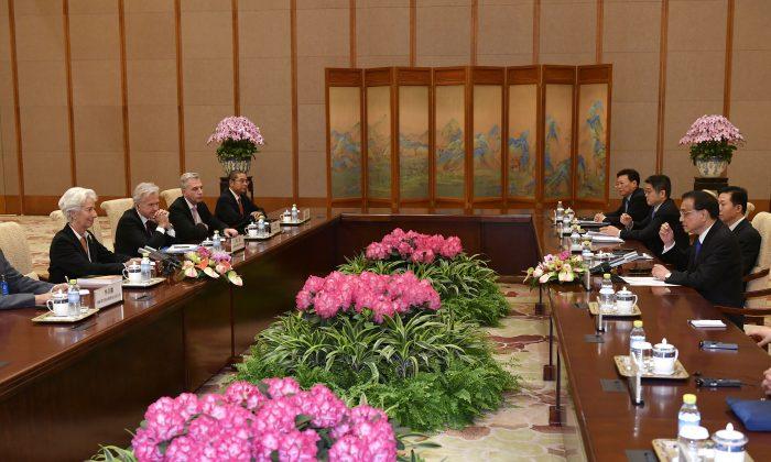 크리스틴 라가르드 국제통화기금(IMF) 총재가 리커창 중국 총리와 베이징 댜오위타이 국빈관에서 회의에 참석하고 있다. 2019.4.24. | Parker Song/Pool/AFP/Getty Images