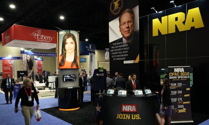 美 최대 보수주의 총회인 'CPAC 2018'가 개최되는 동안 설치된 NRA(National Rifle Association) 부스가 보인다. 메릴랜드 주 내셔널하버. 2018.2.22. | Alex Wong / Getty Images