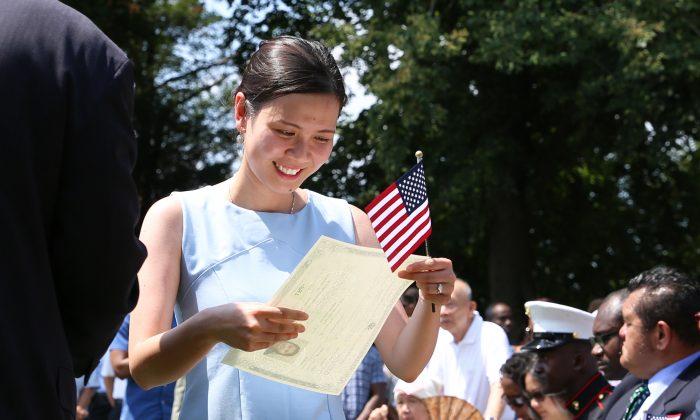 조지 워싱턴 미 대통령의 고향 버지니아주 마운트 버넌 맨션 근처에서 독립기념일 행사의 일환으로 귀화 행사가 열리고 있다. 미국 시민이 된 100인이 귀화 행사에 참석했다. 베트남에서 미국으로 귀화한 타오 트란이 웃고 있다. 2018. 7. 4.   Samira Bouaou/The Empoch Times