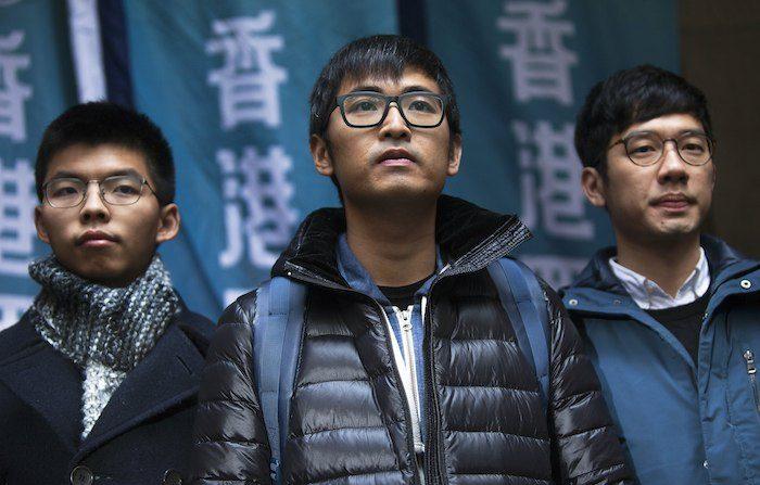 조슈아 웡(왼쪽)과 알렉스 차우(가운데) | EPA=연합뉴스