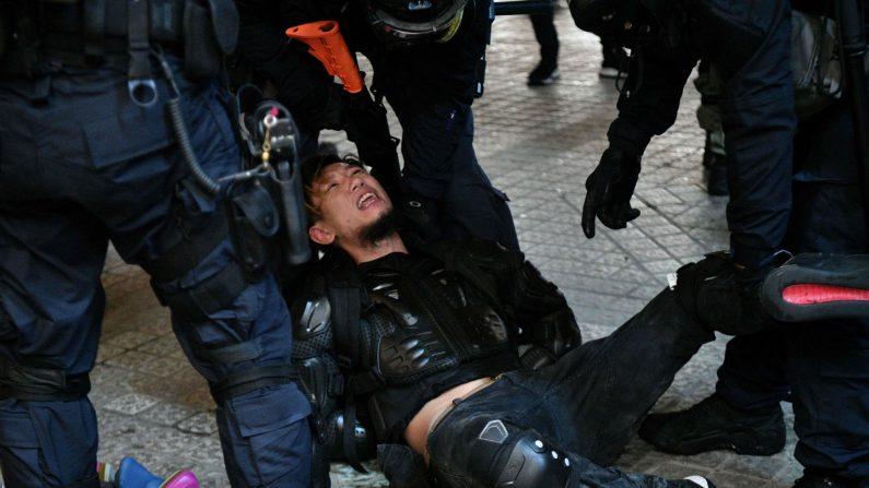 홍콩 경찰이 31일 '범죄인 인도 법안'(송환법) 반대 시위를 벌이던 한 남자를 체포하고 있다. | 홍콩 AFP=연합뉴스