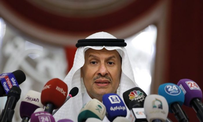 압둘라지즈 빈 살만 사우디 에너지부 장관이 2019년 9월 17일 사우디아라비아 지다에서 가진 기자회견에서 연설하고 있다.2019. 9. 17.   Amr Nabil/AP =Yonhapnews(연합뉴스)
