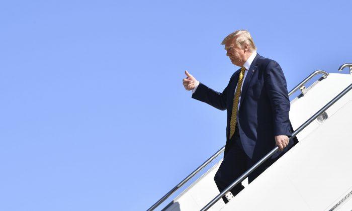 도널드 트럼프 미국 대통령이 캘리포니아주 마운틴뷰에 착륙한 뒤 에어포스원에서 손을 흔들고 있다. | 2019.9.17. Nicholas Kamm/AFP/Getty Images