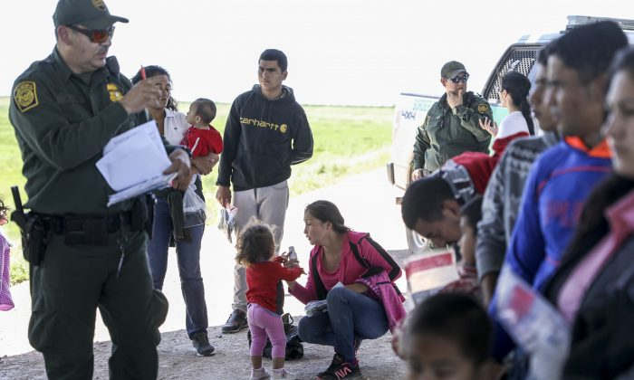 미 국경경비대가 멕시코에서 리오그란데 강을 막 건넌 불법이민자들을 체포하고 있다. 텍사스주 맥앨런 인근. 2019.4.18. |Charlotte Cuthbertson/The Epoch Times