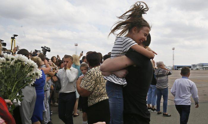 러시아에서 석방된 우크라이나 포로들이 우크라이나 키예프 외곽의 보리스필 공항에 도착해 마중 나온 친척들을 만나고 있다. 2019. 9. 7. | AP Photo/Efrem Lukatsky =Yonhapnews(연합뉴스)