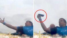 '시속 134km'로 질주하는 롤러코스터에서 날아오는 '휴대폰' 잡은 남성 (영상)