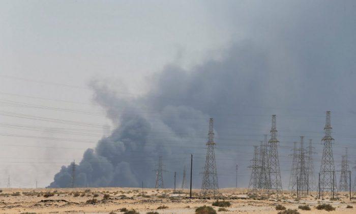 사우디아라비아 국영석유회사 아람코의 아브카이크 석유시설에 화재가 발생해 시커먼 연기가 치솟고 있다. 2019.9.14. | Stringer/Reuters=Yonhapnews(연합뉴스)
