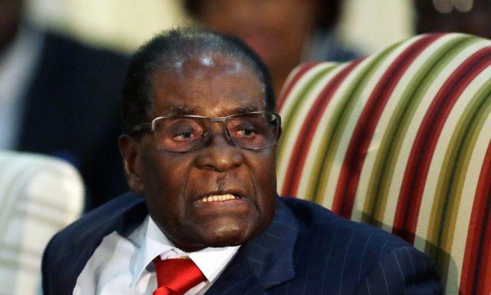 로버트 무가베 당시 짐바브웨 대통령이 남아프리카공화국 프레토리아 대통령 영빈관에서 제이콥 주마 남아공 대통령과 면담하는 자리에서 말하고 있다. 2017. 10. 3.   AP Photo/Themba Hadebe, FILE=연합뉴스