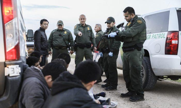 미국 국경경비대원들이 불법이민자들을 체포하고 있다. 7명은 중국에서, 1명은 멕시코에서 다른 1명은 엘살바도르에서 왔다. 이들은 멕시코에서 리오그란데를 건너 텍사스주 맥앨런으로 들어온 후 체포되지 않기 위해 국경경비대원들을 피해 다녔다. 2019.4.18.| Charlotte Cuthbertson/The Epoch Times