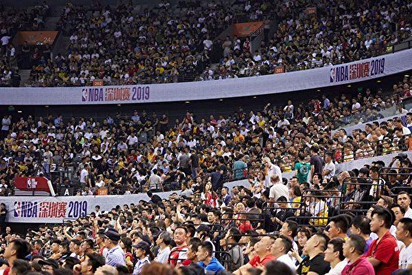 지난 12일, NBA 선전(深圳) 경기 모습. 당국이 중계하진 않았지만 현장에는 관중으로 초만원이었다. | STR/AFP via Getty Images