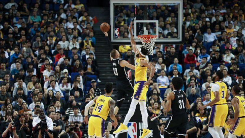 NBA 레이커스와 브루클린 네츠의 시범 경기가 열린 지난 10일, 중국 상하이 메르세데스-벤츠 아레나는 팬들로 가득 메웠다. | Lintao Zhang/Getty Images