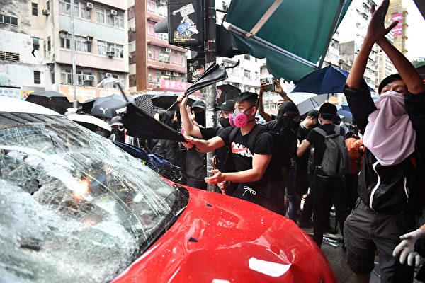 지난 6일 오후, 택시 1대가 홍콩 청샤완로(長沙灣道)에서 복면금지법 항의시위대를 향해 돌진하는 최악의 폭력사태가 발생했다. | AFP=연합뉴스