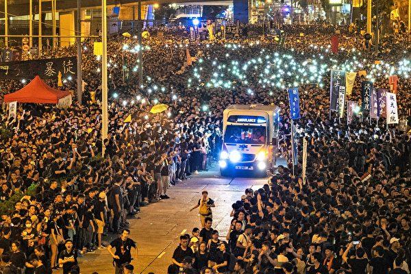 6월 16일 200만 명의 홍콩인들이 송환법 반대 시위를 하고 있는 가운데, 그 사이로 구급차가 지나가자 민중들이 자발적으로 물러나며 구급차를 통과시켰다. 차량이 지나가자 시위대는 다시 합쳐졌다. 이 장면은 홍콩판 '모세의 기적'으로 불린다. 홍콩인들의 평화, 이성, 높은 품성은 세상을 경탄케 한다.   리이(李逸)/에포크타임스