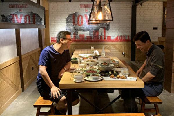 딩레이(丁磊) 넷이즈 회장과 리옌훙(李彥宏) 바이두 회장의 조촐한 회식이 화제가 됐다. | 웨이보