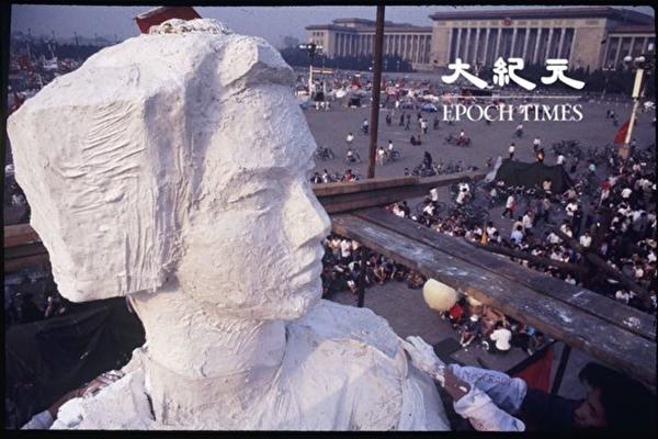 1989년 6월 4일 이전, 중앙미술학원의 대학생들이 톈안먼 광장에 자유의 여신상을 세웠다. 사진은 자유의 여신상 비계 위에서 촬영한, 평화적으로 시위를 하고 있는 시민의 모습이다. 며칠 후 중국 군대는 이곳을 피가 낭자한 도살장으로 만들어버렸다.   류젠(劉建) 제공