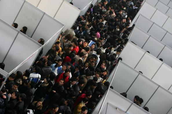 경기 침체로 중국 대륙의 고용시장이 위축되면서, 중국은 사회 불안이 심화돼 정권이 위험할 수 있다고 우려한다. 사진은 시안의 취업박람회 인파   China Photos/Getty Images
