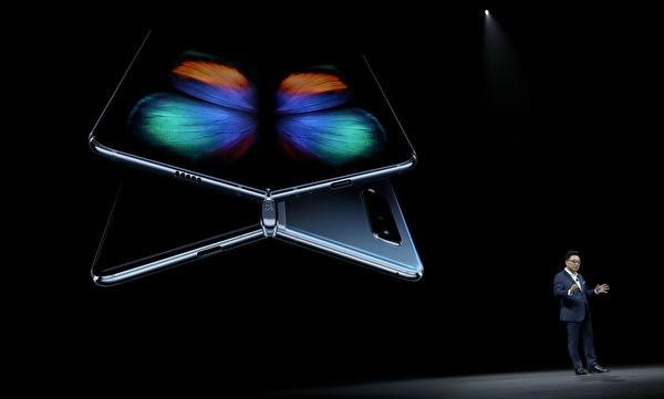 삼성 폴더블폰은 화면을 접으면 4.6인치, 펼치면 디스플레이가 7.3인치까지 커진다. | Justin Sullivan/Getty Images