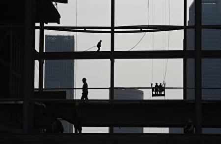 일부 학자들은 위안화의 급격한 가치 하락이 중국의 금융 위기를 본격화 했다고 보고 있다. | GREG BAKER/AFP/Getty Images