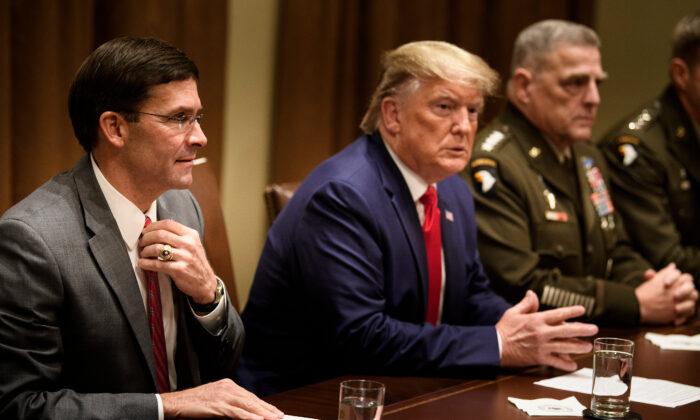 워싱턴 백악관 캐비닛룸의 마크 에스퍼 국방장관(왼쪽)과 도널드 트럼프 대통령, 마크 밀리 합참의장(오른쪽)2019. 10. 7. | BRENDAN SMIALOWSKI/AFP via Getty Images=Yonhapnews(연합뉴스)