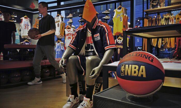 중국 베이징 NBA 플래그십 스토어 매장에 미국 농구 유니폼을 입은 마네킹에 중국 국기가 꽂혀 있다. 2019. 10. 9. | Kevin Frayer/Getty Images