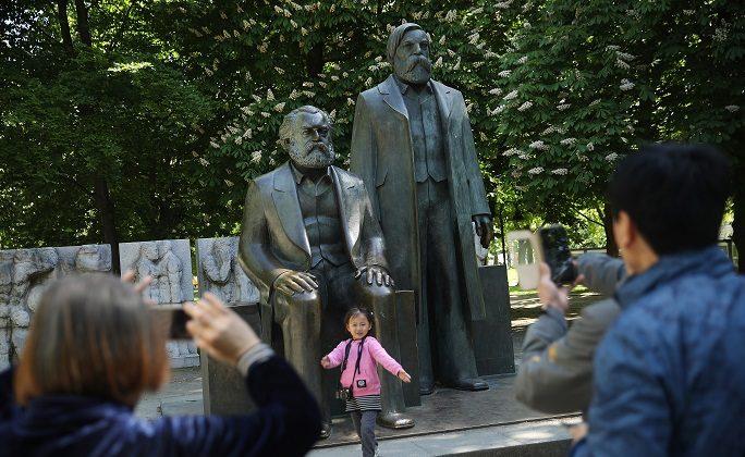 2018년 5월 4일 독일 베를린에서 중국 관광객들이 철학자이자 혁명가인 카를 마르크스의 동상 앞에서 사진을 찍고 있다. 2018년 5월 5일은 마르크스 탄생 200주년이었다. | Sean Gallup/Getty Images
