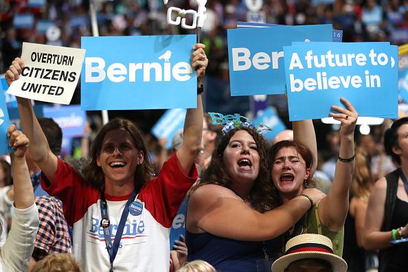 2016년 7월 25일, 필라델피아 민주당 전당대회 첫날, 버니 샌더스 미 상원의원(무소속-버몬트)의 지지자들 모습. 버니 샌더스는 민주사회주의를 주창하는 정치인이다. | Joe Raedle/Getty Images