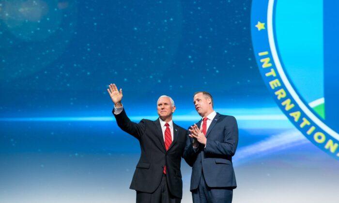 미국 워싱턴에서 열린 제70회 국제천문대회에 참석한 마이크 펜스 부통령과 짐 브리엔스틴 NASA 행정관. 자료사진. | Public Domain
